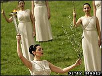 Para aktor mengenakan pakaian Yunani kuno