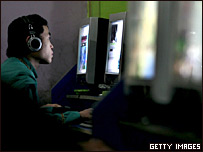 Joven chino frente a computador
