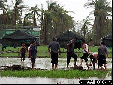 Burmese soldiers next to emergency shelters in Dedaya - 13/5/2008
