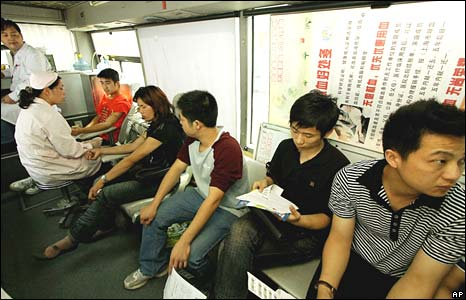 People line up to donate blood to Sichuan earthquake victims at a blood donation unit in Shanghai on Thursday