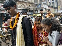 Una pareja de recién casados en Varanasi, India