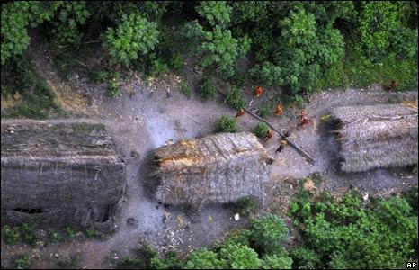 افراد القبيلة التي تم اكتشافها على ال�دود بين البرازيل والبيرو