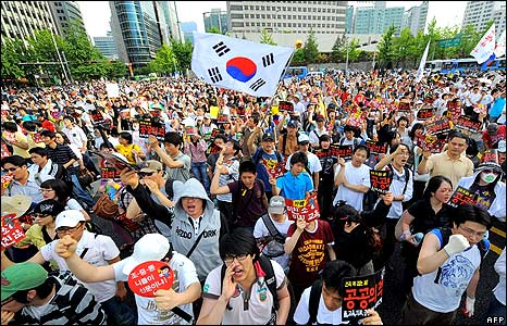 Protesters marching towards president's residency in Seoul 1/6/08