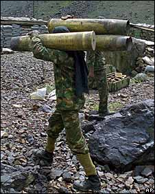 Indian troops with their weapons in the Kargil sector of Kashmir in 1999
