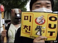 Un hombre protesta contra la reanudación de importaciones de carne estadounidense en Corea del Sur