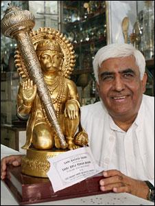 Indians Present Hanuman Idol to President Obama.Image.jpg