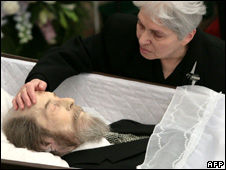 Image from BBC - Russia pay respect to Solzhenitsyn