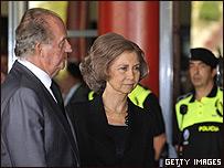 Rey Juan Carlos y Reina Sofia visitan a familiares de victimas.