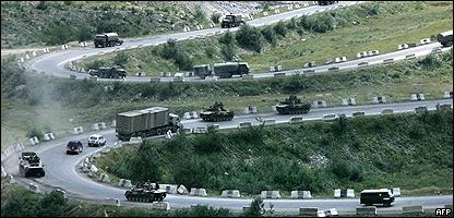 Tropas rusas retirándose hacia la frontera de Rusia con Osetia del Sur