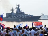 Partidarios de Rusia dan la bienvenida a un buque en la peninsula de Crimea.