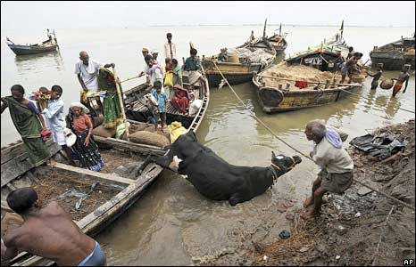 People board boats to move to relief camps in Patna District in Bihar