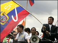 El presidente Rafael Correa ondea la bandera del Si