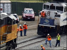 Investigators assess train crash in Los Angeles on 16/09/08