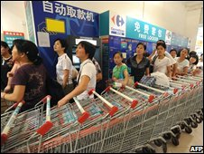 Chinese customers queue to return suspect milk powder brands purchased at a supermarket in Hefei, Anhui province on 19/09/08