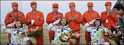 Tripulación del Shenzhou VII de regreso en la Tierra