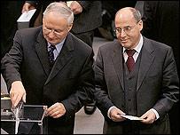 Oskar Lafontaine (izq)  Georg Gysi (derecha) las dos figuras más importantes de La Izquierda ( Foto  Bundestag)