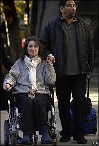 Omar Puente y su esposa Debbie Purdy