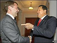 Dmitri Medvedev (izq.) y Hugo Chávez