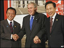 Taro Aso (L), George W Bush (centre) and Lee Myung-bak in Lima, Peru - 22/11/2008