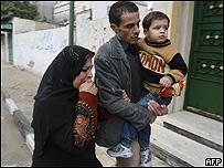 Familia palestina abandona su hogar tras un ataque israeli