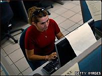 Mujer utilizando computador