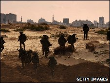 Israeli troops enter the Gaza Strip (12.1.09)