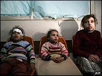 Niños palestinos en un hospital en Gaza.