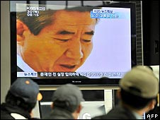 South Koreans in Seoul watch a TV apology by former President Roh Moo-hyun
