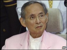 King Bhumipol Adulyadej leaving Bangkok's Siriraj hospital - 7/11/2007