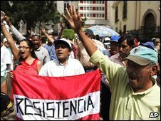 "Supporters of Honduras ousted President Manuel Zelaya hold a banner that reads ""Resistence"" as they shout slogans during a protest in Tegucigalpa (2 Nov 2009)"