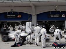 Sauber mechanics change tyres on a car at the Turkish Grand Prix