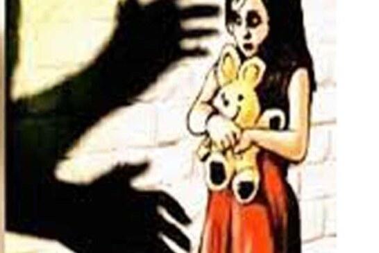 पड़ोस की महिला कराती रही बच्ची से दुष्कर्म, घर से गहने करवाए चोरी