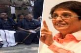 'केजरीवाल स्टाइल' में उपराज्यपाल किरण बेदी के घर के बाहर धरने पर बैठे नारायणसामी