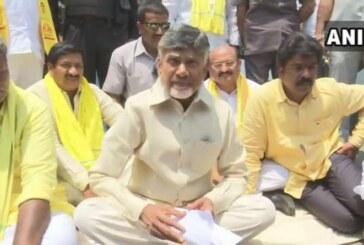 धरने पर बैठे चंद्रबाबू नायडू का आरोप, PM मोदी के इशारे पर हो रही इनकम टैक्स की छापेमारी