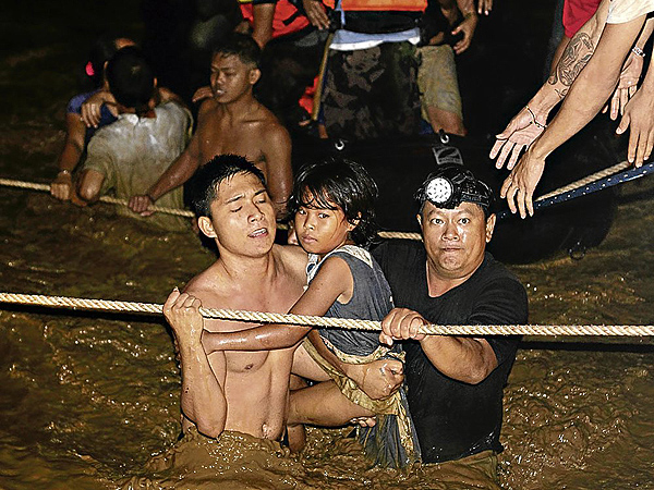 At least 200 others did not last the night. Cagayan de Oro was the center of the storm, 23 of its barangays were submerged in floodwaters. AP (picture courtesy of Inquirer.net)