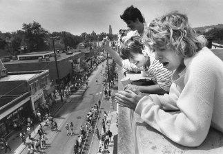 Rooftop cheering on Walnut Street in Shadyside. (Bill Wade/The Pittsburgh Press)