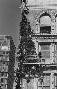 On Nov. 1, 1990, a worker stands on a scaffolding while hanging the Christmas tree.