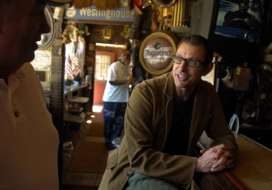 Actor Jeff Goldblum chats with one of the regulars at Chiodo's in 2004. Goldblum grew up in nearby West Homestead. (Steve Mellon/Post-Gazette)