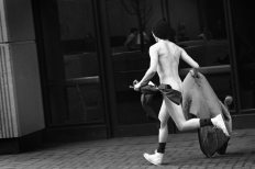 Streaker then bolts across campus. (Morris Berman/Post-Gazette)