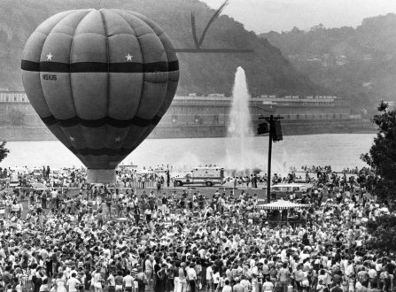 Fourth of July crowds at the Point. Photo published July 5, 1982. (Post-Gazette)