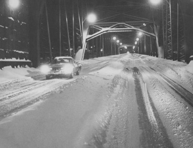 A driver gingerly makes his way across the McKees Rocks Bridge in the early-morning hours of Jan. 21, 1978.