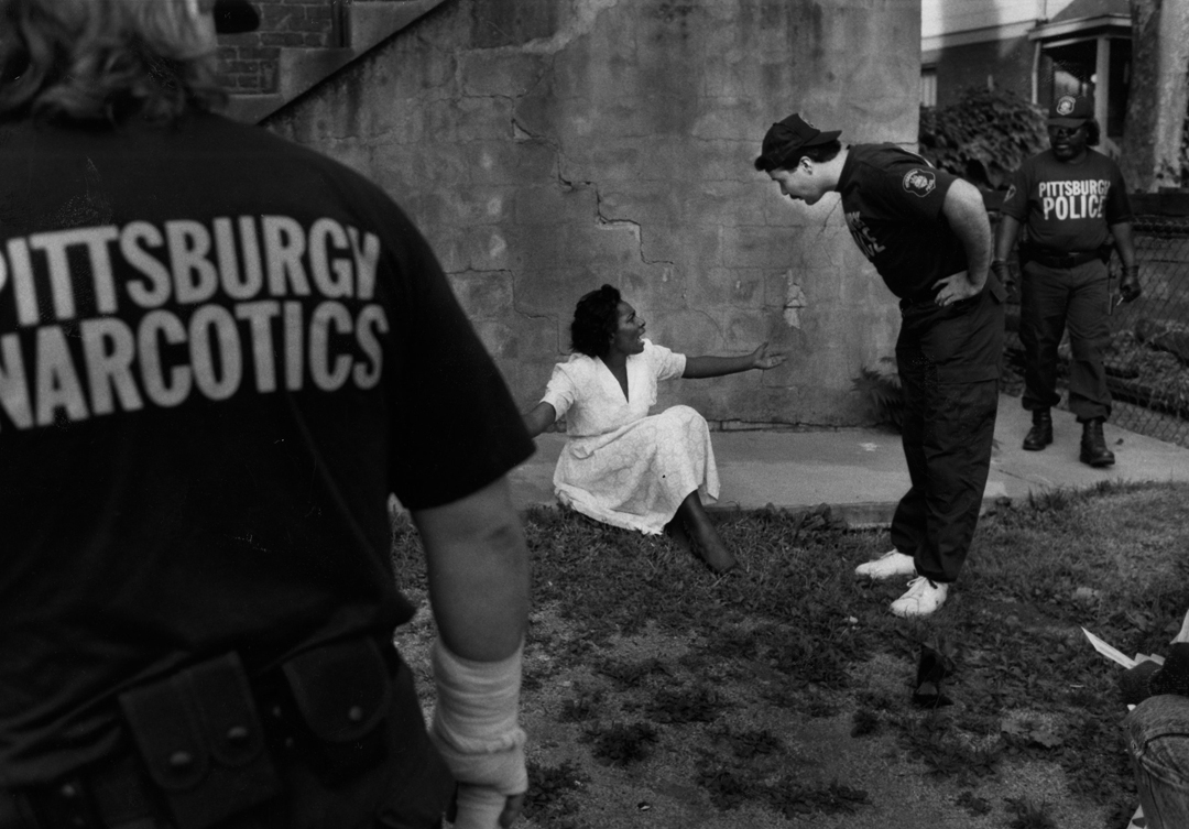 A detective questions a suspect after a 1991 police chase. (Pat Dawson/The Pittsburgh Press)