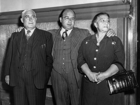 Samuel Palermo, center, gets support from father Salvatore and mother Rose. Samuel was tried as an accessory to the robbery. (Post-Gazette Archive)