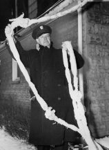 A prison guard displays the homemade rope. (Post-Gazette archive)