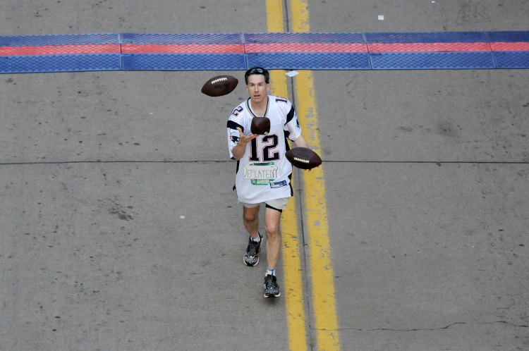 One runner juggles.  (Bob Donaldson/Post-Gazette)