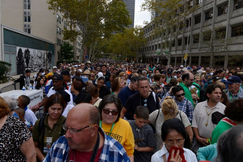 Less than an hour before the start of Mass a huge crowd still waits to get into the Francis Fairgrounds along the Benjamin Franklin Parkway in Philadelphia on Sunday, Sept. 27. (Rebecca Droke/Post-Gazette)