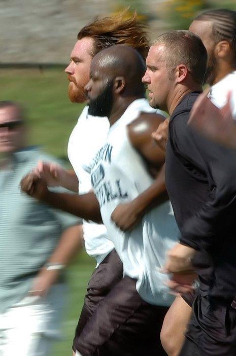 Alan Faneca leads running drills at training camp