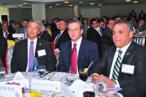AGC President Santiago Domenech, Gov. García-Padilla and former AGC President Manuel Suárez. (Credit: La Fortaleza)
