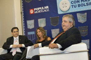 Gilberto Monzón (right) discusses Popular Mortgage's results, as Pablo Pérez (left) and Mariel Arraiza (center) look on.