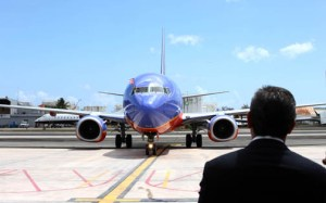 Gov. García-Padilla stands on the runway as Southwest's first flight to Puerto Rico taxis in Sunday morning. (Credit: La Fortaleza/Alex Rafael Román)